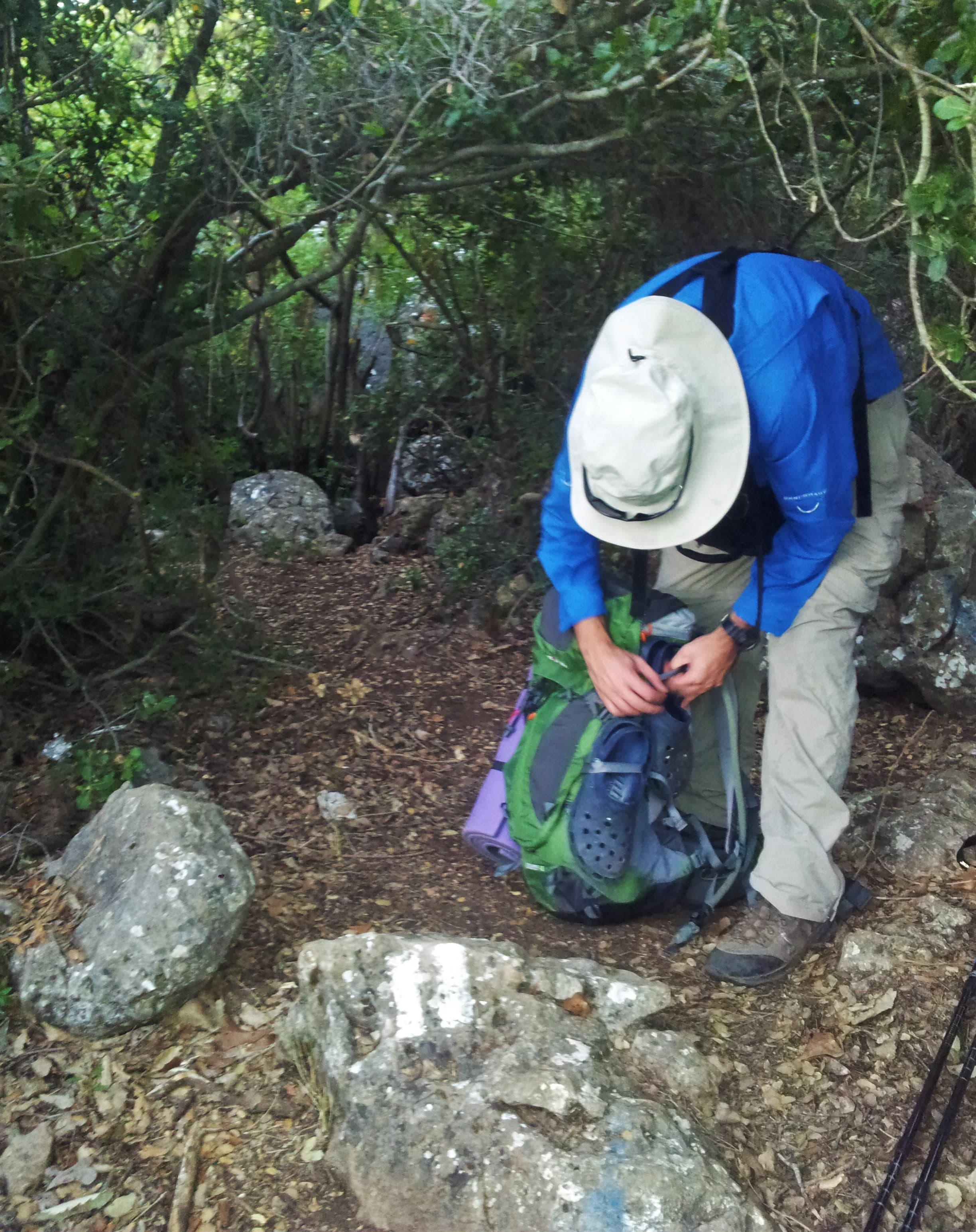 סימון שבילים שקוף שמוביל למערת נטיפים