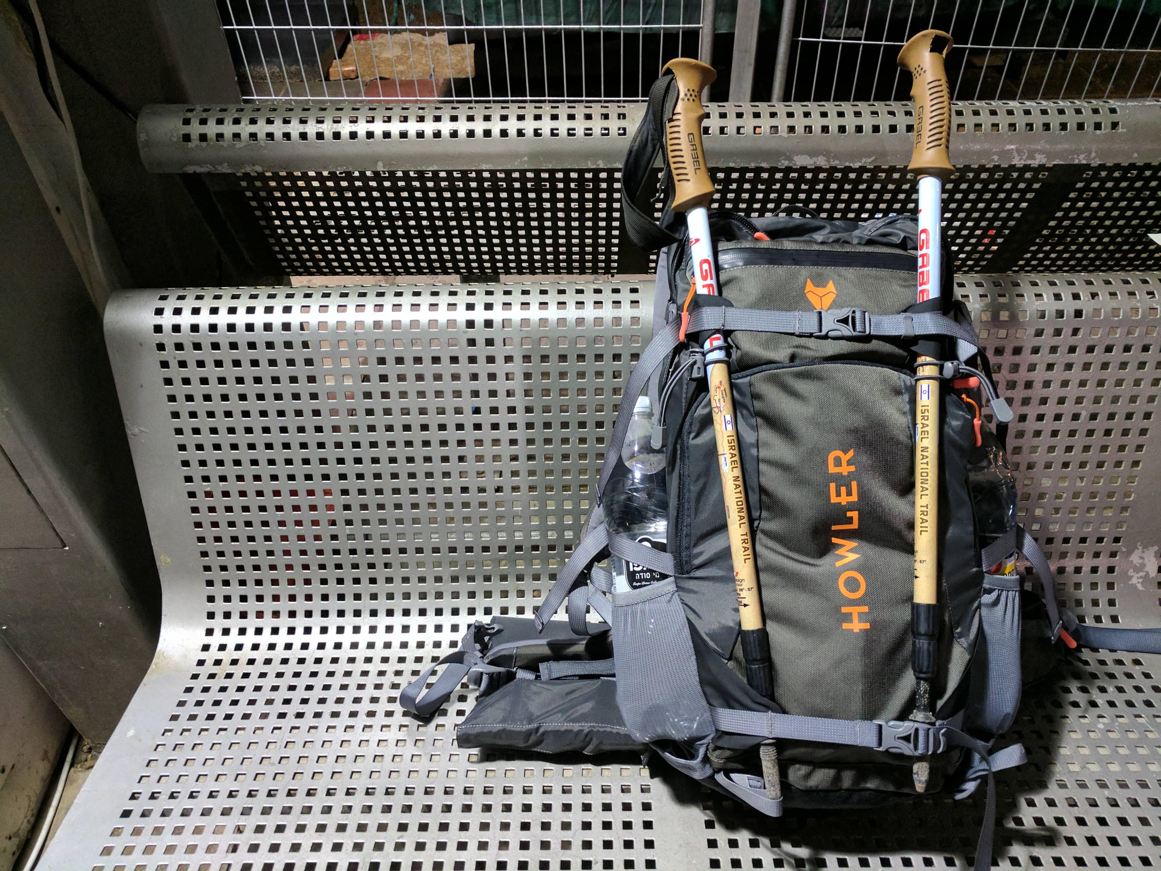הוואלר עם מקלות הליכה Tortuga howler alpha 35