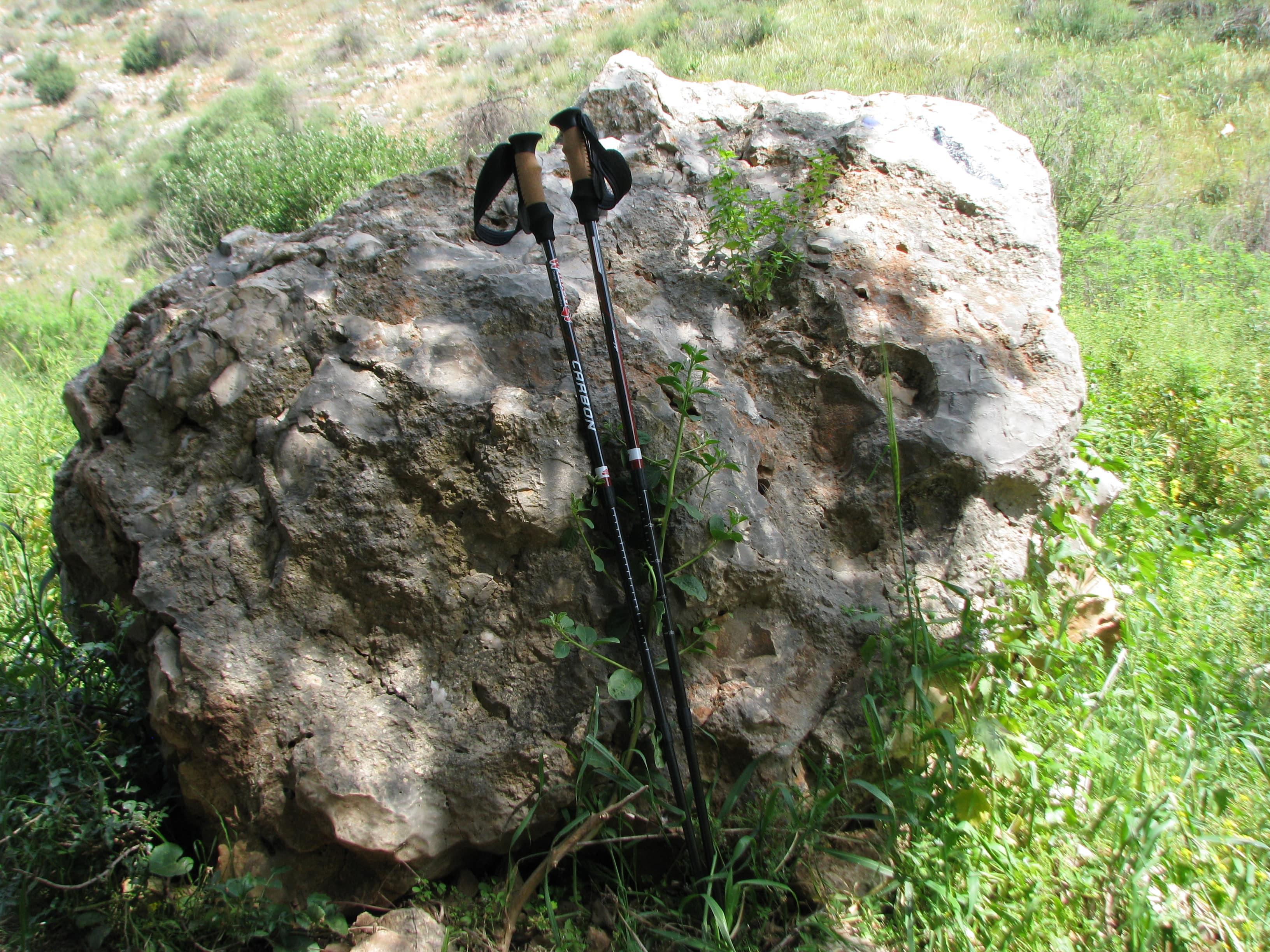 הנחת מקלות הליכה על אבן