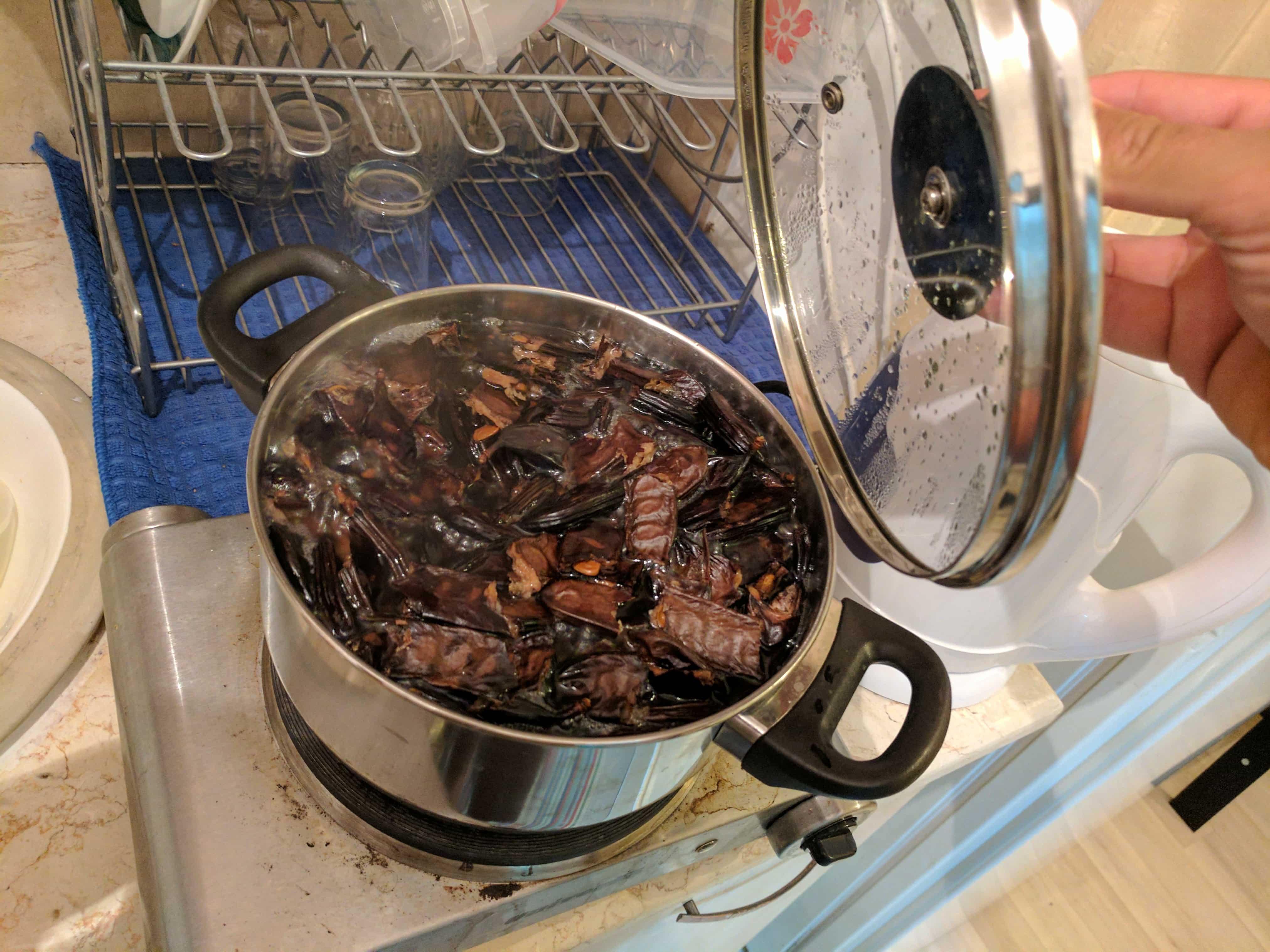 בישול החרובים במים חמים.