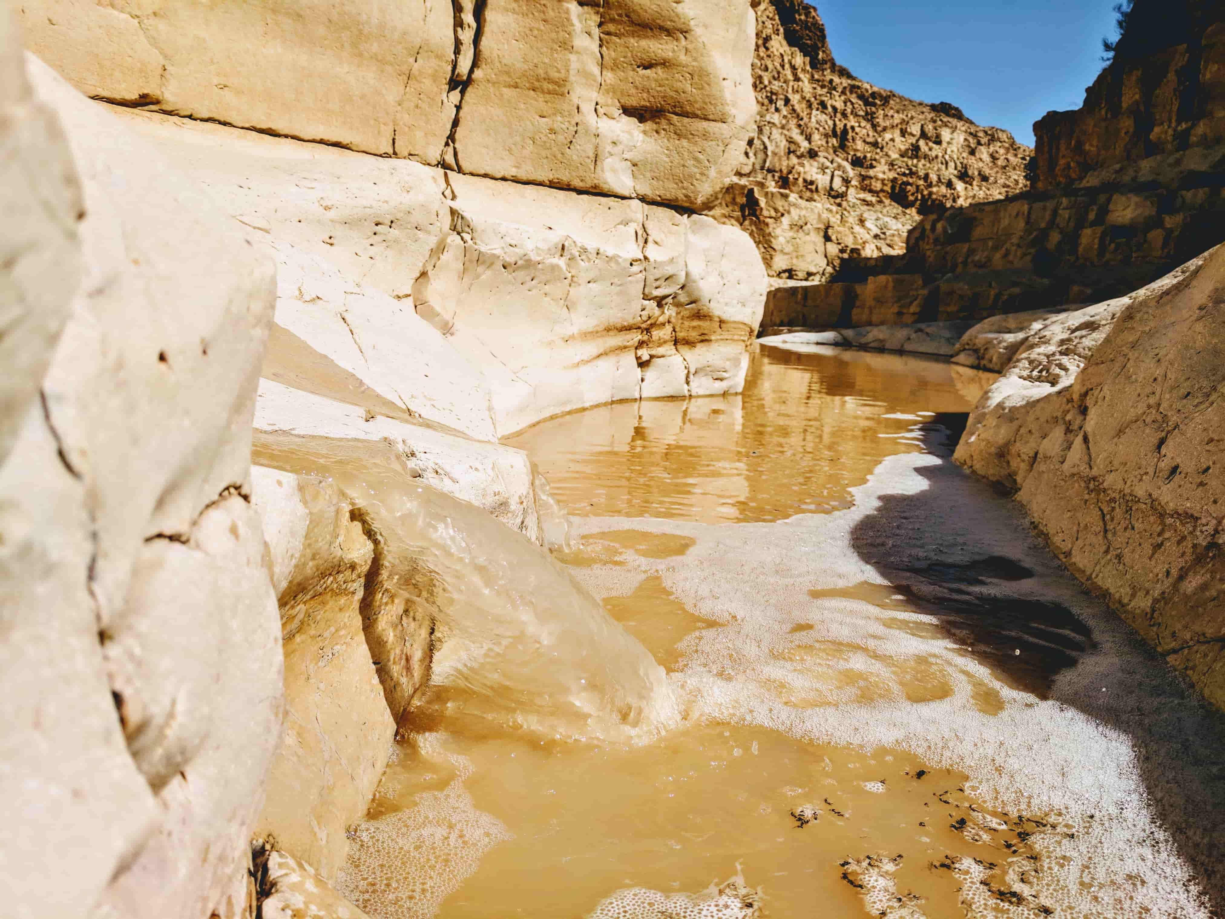 מים זורמים בנחל צאלים אחרי שטפון.